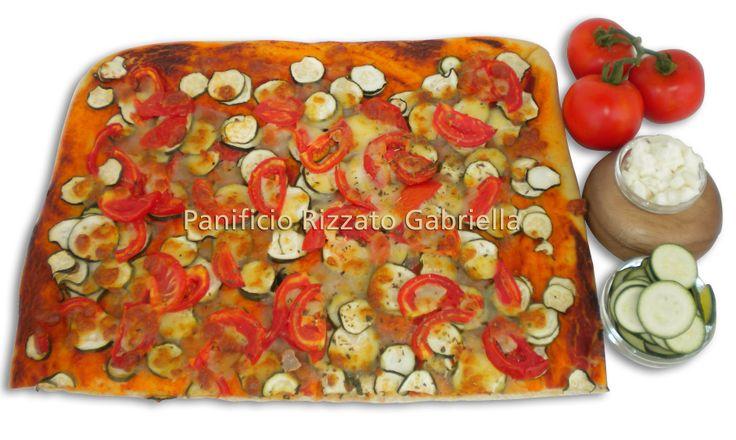 Pizza con zucchine e pomodori freschi