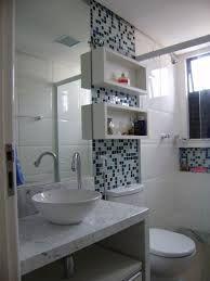 Casa Nova: Inspiração para louça e decoração dos banheiros... Adoro esse detalhe das pastilhas, o nicho no box para colocar shampoo, sabonete, etc. Aproveitar cada espaço, como essa parede que fica em cima do vaso , observe que sempre tem um espelho, uma prancha ou um nicho...