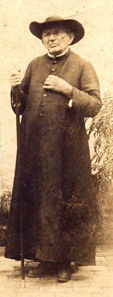 Padre Cícero – Nasceu em Crato em 1844 e morreu em Juazeiro do Norte em 1934 no Ceara. Foi um sacerdote catolico. Carismatico, obteve grande prestigio e influencia sobre a vida social, politica e religiosa do Ceara, bem como do Nordeste. Wikipédia, a enciclopédia livre