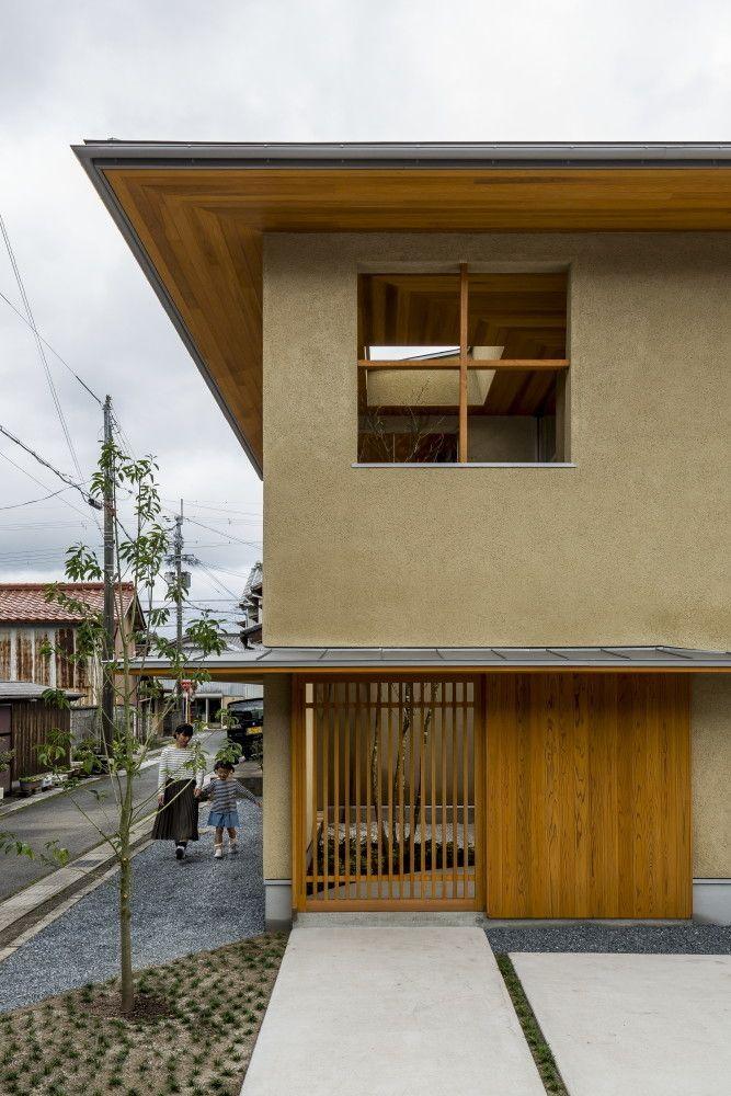 本計画は、江戸時代に整備された東海道五十三次の宿場町のひとつ「水口宿」沿いに建つ古い街並みの残る計画地です。その為、周辺の生活道路となっている前面道路や敷地は狭く、南東角地という好立地ながら道路と建物の間に広いスペースを取ることが出来ず、南東側に開けた建物を建てにくい立地条件でした。 そこで建物の南東側に中庭スペースを設け、内部と外部の干渉帯としての中間領域を創り出す事で、敷地の問題点を解決するだけでなく、より豊かな住環境を手に入れる事が可能となりました。どこからでも見渡す事の出来る中庭には落葉樹のシンボルツリーを設け、葉が生い茂る夏には日除けとして、また葉が落ちる冬には家の中に日を入れる役割を果たしてくれます。 そんなシンボルツリーは、家にいながらも四季折々の変化や時間の変化を楽しませ、クライアントの日常に豊かな変化をもたらしてくれるはずです。