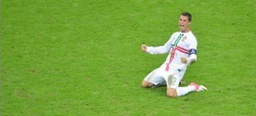De la mano de su capitán Cristiano Ronaldo, Portugal se convirtió este jueves en Varsovia en el primer semifinalista de la Eurocopa-2012 de fútbol, al imponerse con justicia a República Checa (1-0), en el primer cruce de cuartos de final del torneo de Polonia y Ucrania.