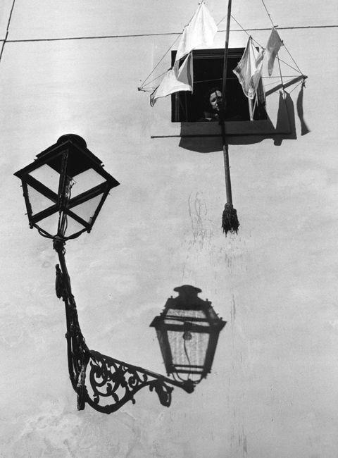 Jean Dieuzaide // Fenêtre de l'alfama Lisbonne 1954.