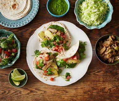 Kebab på mexikanskt vis som lagas med vegetarisk kebab. Många smaker förenas i en tomatsalsa med lime och koriander, grillad ananas och en salsa verde. Förläng sommaren med denna rätt som ger en härlig smak och semesterkänsla.