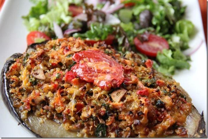 Le melanzane ripiene di bulgur costituiscono un ottimo secondo vegetariano, le melanzane verranno svuotate della polpa dopo essere state tagliate a m...
