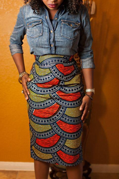 Une association réussie du pagne et du jean couleur denim. Par la bloggueuse mode Jokotade. On apprécie les détails du look, le fait que la chemise jean soit porté de manière si class. Jupe Attolé Clothiers Visitez le blog de Jokotade