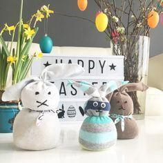 Kinderleichte Socken-Osterhasen aus Dingen, die man eigentlich immer zu Hause hat Wie es geht, lest ihr hier http://www.moms-blog.de/socken-osterhasen-basteln/ #ostern #basteln #diy #kidscrafts