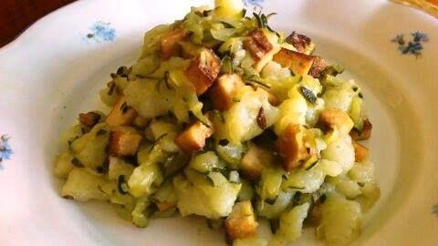 Kytičkový den - halušky, cuketové zelí, uzené Tofu. halušky - syrové brambory nastrouhat najemno, osolit, přidat hladkou mouku, promíchat a vařit halušky přes síto od vyplavání 3 min.