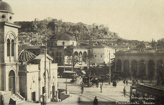 Η πλατεία του Μοναστηρακίου, περίπου 1920. Νεοελληνική Ιστορική Συλλογή Κωνσταντίνου Τρίπου – Φωτογραφικό Αρχείο Μουσείου Μπενάκη
