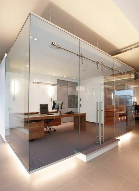 Glazen scheidingswand voorzien van een luxe schuifsysteem | vidre glastoepassingen | werkomgeving