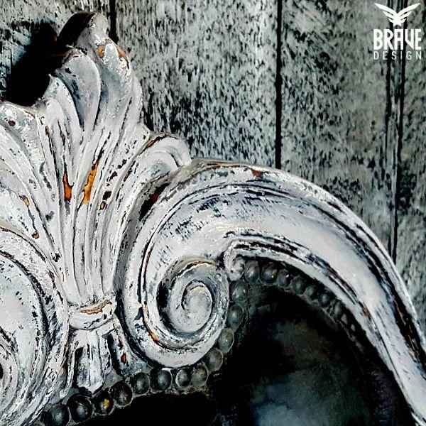 detalj av en rokokko telefonbenk malt i flere farger, pusset og vokset for max attitude!   #kalkmaling #vintrokalkmaling #vintropaint #oppussing #malemøbler #rokokko #diy