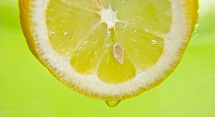 Il limone è un agrume che si presta a molteplici utilizzi in casa e in cucina. Tutti conosciamo le sue innumerevoli virtù benefiche. Tanto per cominciare, il suo profumo è davvero gradevole: non appena annusiamo una fetta di limone, subito ci viene trasmessa una sensazione di pulizia e freschezza