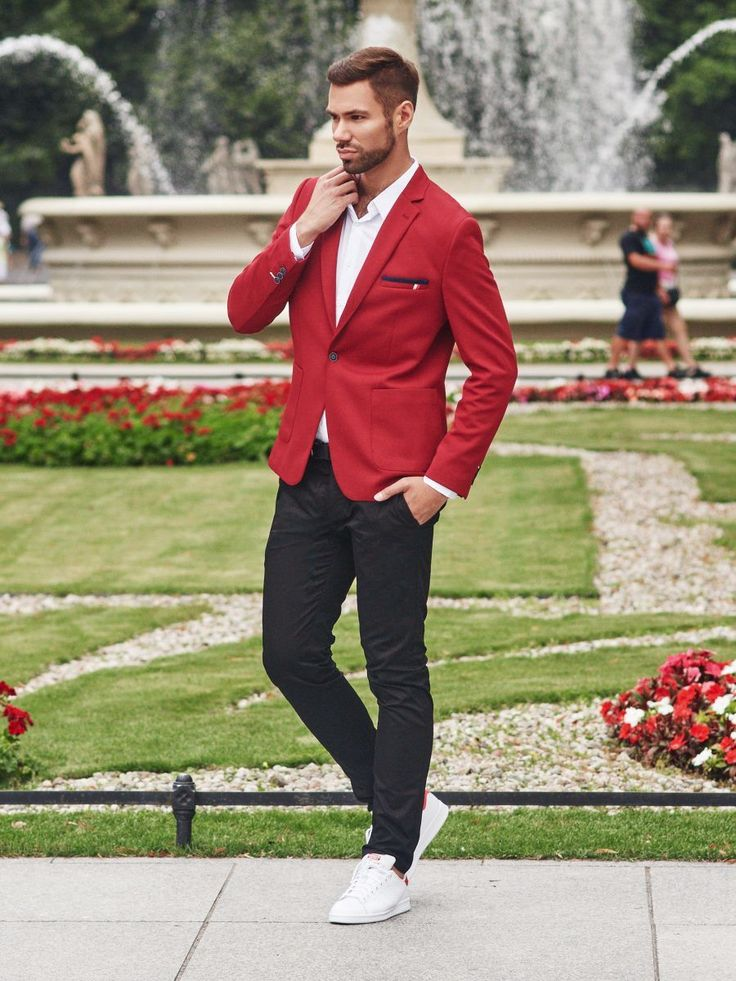 An expressive but classic Bolf's look in basic colours. Black chino trousers create a strong look with a red suit jacket. The styling is light and chic thanks to the white shirt with a loosen collar.