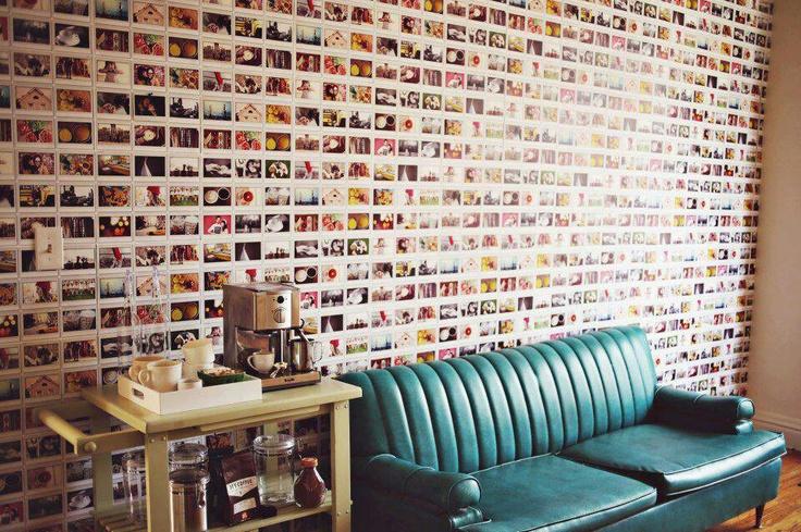 Parede decorada com fotos.