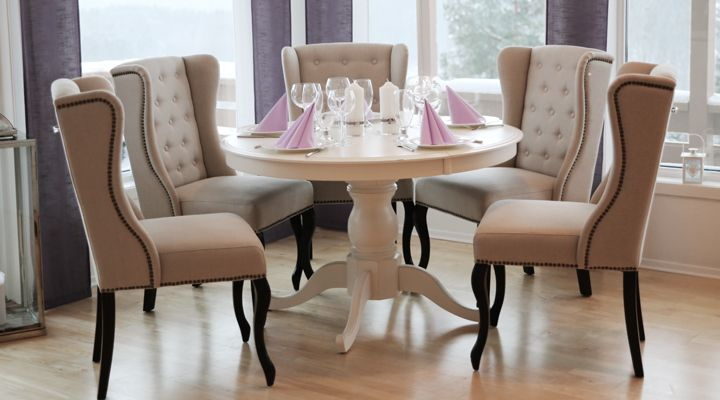 Rundt hvitt bord med Fru Lin spisestoler fra www.krogh-design.no/shop