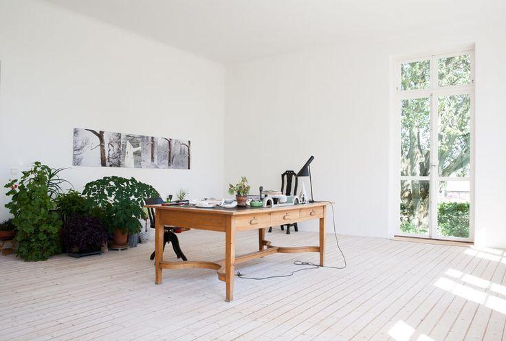 Ingegerd Råmans sommarhus i Skåne är sparsmakat inrett och renoverat med hjälp av arkitekterna Claesson Koivisto Rune.