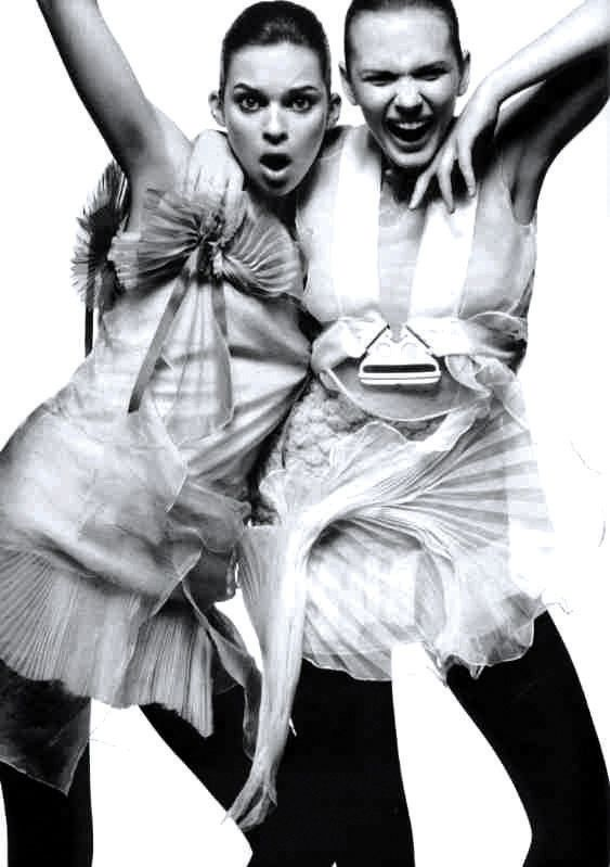 FASHION | 고요하면서 강하고, 무겁지 않지만 심심하지도 않은 아름다움과 함께 앞으로도 미니멀리즘은 변화하는 패션의 첨병이자 범람하는 이미지들 사이에서 청량제 역할을 하며 진화할 것이다. | Lexus i-Magazine Ver.5 앱 다운로드 ▶ www.lexus.co.kr/magazine #Lexus #Magazine #progressive #fashion #minimalism