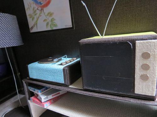 De televisie en platenspeler ouderwetse stijl / Old television and recordplayer miniature