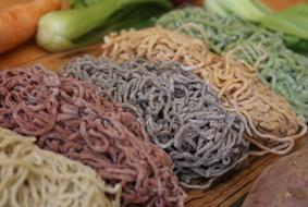 Resep bikin Mie Sehat menggunakan perwarna alami dari wortel, bayam, bit, dan cumi2