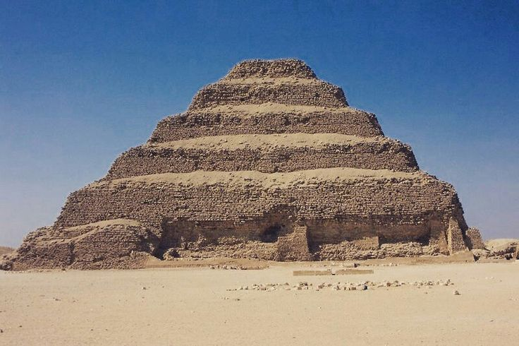 """#Magarte """"Pirámide escalonada de Zoser"""", Imhoteq, hacia 2620-2600 a.C., III Dinastía de Egipto, Saqqara #sitegustaelartecomparte #piramideescalonada"""