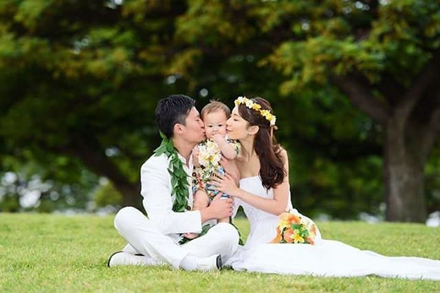 ハワイビーチフォト  サンドイッチキス♪ 息子くんを挟んだサンドイッチキスはスポットを変える毎に撮ってもらいました✨  息子くんも、ハワイの正装でアロハシャツを着せてテーマカラーの黄色のレイをしてます  #プレ花嫁 #花嫁準備 #結婚式 #結婚準備 #結婚式準備 #ファミリー婚 #ぱぱまま婚 #子連れ婚 #ちーむ0504 #2018年春婚 #情報収集期間 #ウェディングニュース #marry花嫁 #marry花嫁図鑑  #日本中のプレ花嫁さんと繋がりたい #全国のプレ花嫁さんと繋がりたい #ハワイ #マジックアイランド #ウェディングフォト #ビーチフォト #ビーチフォトウェディング #ワイキキ #子連れハワイ #シネビー #家族写真 #息子くん