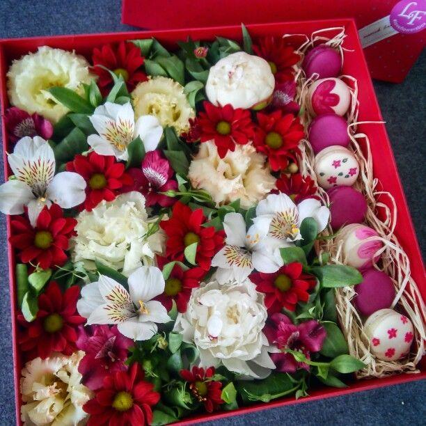 #box #macaron #flowers #red #gift #pion #loveflowersbox красная коробка с цветами и макарон сладостями Киев