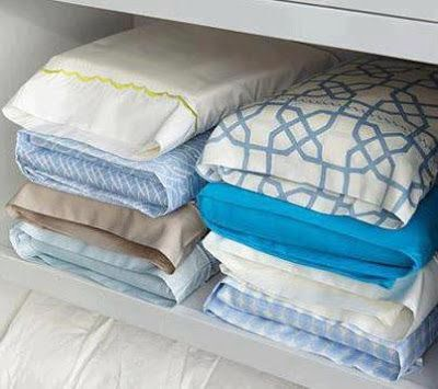 É simples... use uma das fronhas para empacotar cada conjunto, depois é só empilhar. evita perder uma das fronhas ou um dos lençóis e seu armário fica clean.