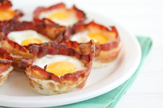 Ingrédients : pour 12 muffins > 12 moules à muffins > 12 tranches de bacon > 12 oeufs > 1 sachet de fromage rapé (cheddar) > Ciboulette hachée Préparation : 1- Préchauffer votre four à 200 degrés. 2- Beurrez légèrement le moule à muffins. 3- Mettez les tranches de bacon, autour de chaque moules à muffins. 4- Puis, cassez délicatement un oeuf dans chaque tasse... Lire l'article