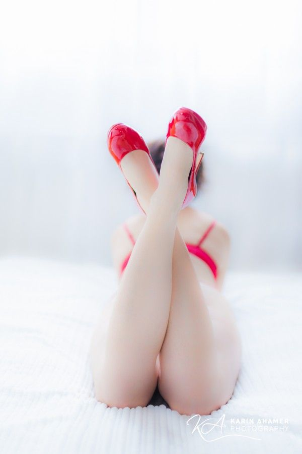 Sinnliches Foto von Frau mit Roten Schuhen und Unterwaesche by Karin Ahamer Photography - Boudoir - sinnlich erotisches Foto