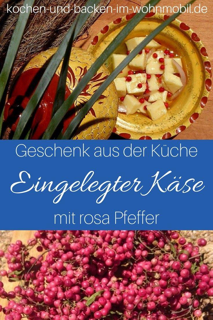 Geschenke aus der Küche: Käse eingelegt in rosa Pfeffer, Zwiebeln und Öl! Sehr aormatisch, sehr lecker!