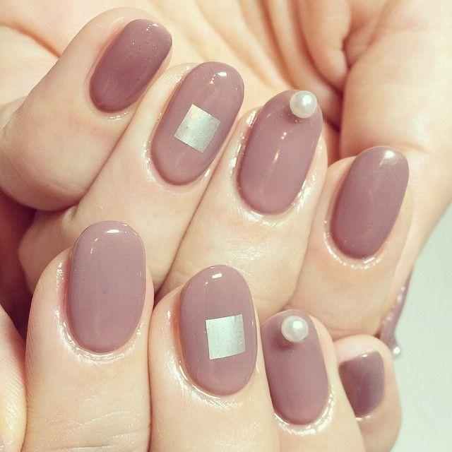 肌なじみのいいベージュパープルなら指輪交換の手を美しく見せてくれそう♪ パープルの花嫁衣装に合うネイルまとめ。ウェディングドレス・カラードレス・色打掛に合うネイル一覧。