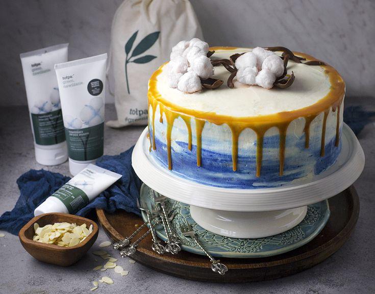 """migdałowy tort z polewą z irysów i """"bawełnianą"""" dekoracją"""