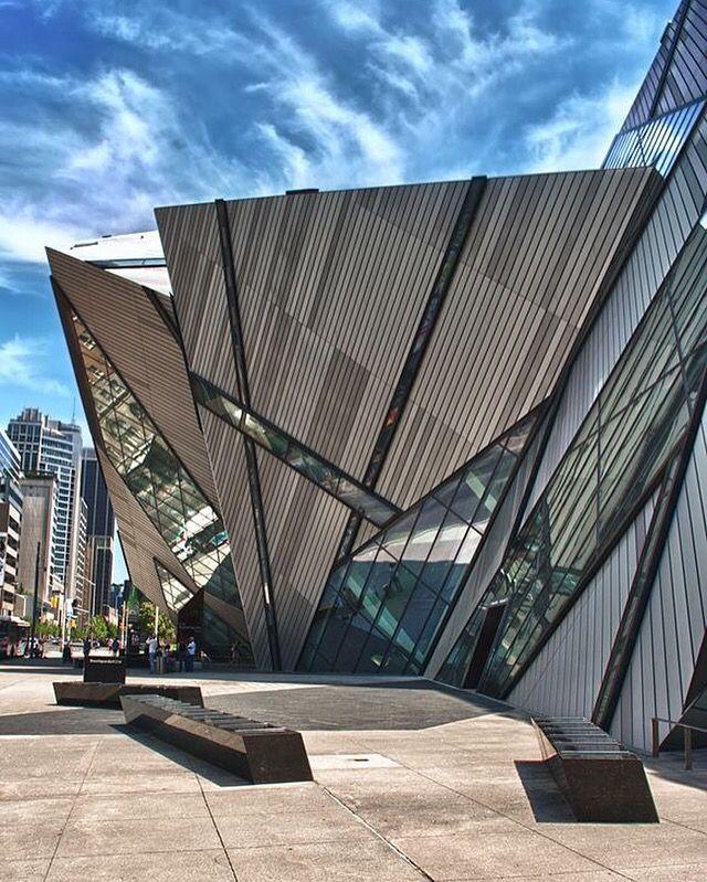 Museu Royal Ontario projetado pelo arquiteto Daniel Libeskind em Toronto no Canadá.    Royal Ontario Museum, architect Daniel Libeskind in Toronto, Canada.