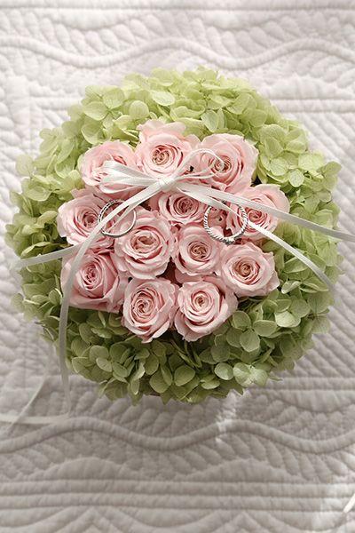 ダーズンローズのリングピロー ピンク&グリーン】12本のバラにはそれぞれ意味があり、「感謝・誠実・幸福・信頼・希望・愛情・情熱・真実・尊敬・栄光・ 努力・永遠」を象徴しています。 Ring pillow, Dozen rose, Pink&Green http://www.fleuriste-glycine.jp/