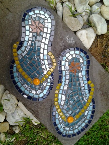 Flip-flops stepping stone                              #mosaic #steppingstones #mosaicsteppingstones
