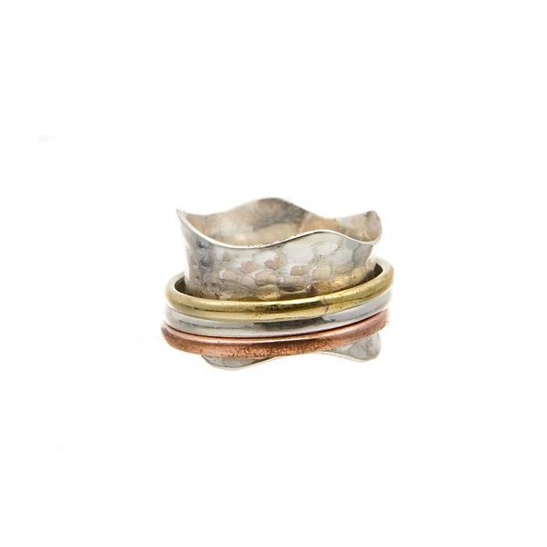 Anel em Prata martelada com anéis de Prata Dourada, Prata e Cobre