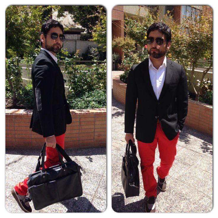 Me encantó la combinación pantalón rojo y camisa blanca. Zapatos cafés con detalles aportan