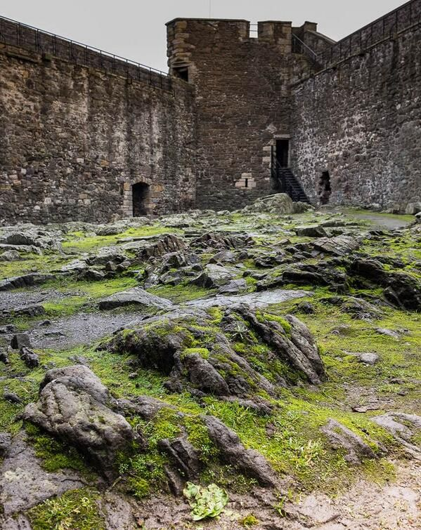 A verra formidable #Outlander castle courtyard. Who could be inside? via @TheMattBRoberts #potd pic.twitter.com/2H2Pvn5mVV