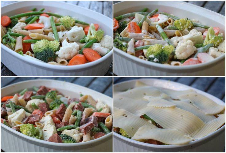 Pølsegrateng med pasta og grønnsaker: 500-600 g pølser i biter 200 g pasta (penne/bønnepasta) 1/2 brokkoli 1/2 blomkål 2 gulerøtter 150 aspargesbønner 1 beger, 300 g creme fraiche 1,5 dl melk eller fløte revet eller skiva ost salt og pepper