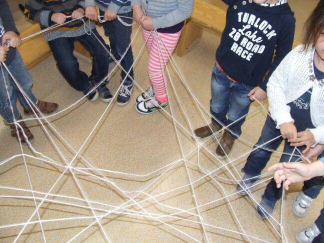 Groep 1/2, thema herfst: Een spinnenweb maken! Super leuke kringactiviteit. Alle kinderen zijn betrokken en mijn groep had in elk geval enorm veel plezier. Een mooi staaltje teamwork! Nodig: een bol (witte) wol, een stel enthousiaste kids en klaar ben je! :-) Group 1/2; making a spidersweb. Real teamwork here!