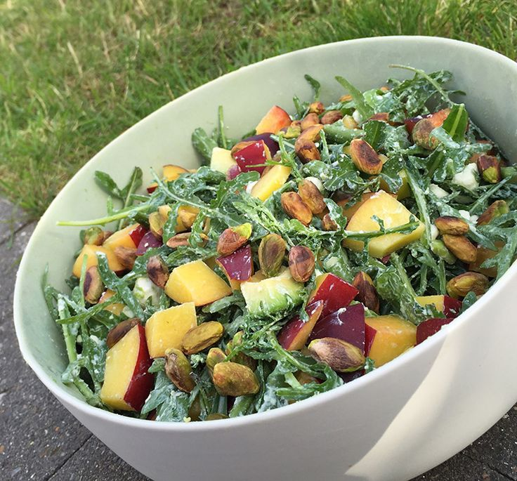 Fetasalat med friske og knasende bønner, krydret rucola, cremet avocado, søde nektariner og ristede pistacienødder. Passer perfekt til grillet kød.