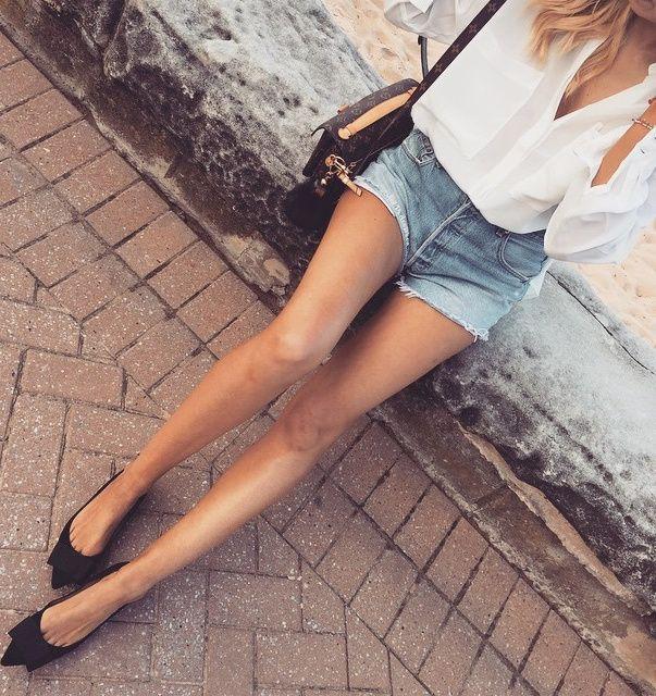 Rien de tel qu'une paire de ballerines noires ultra chic pour booster la sensualité d'un mini short en jean !