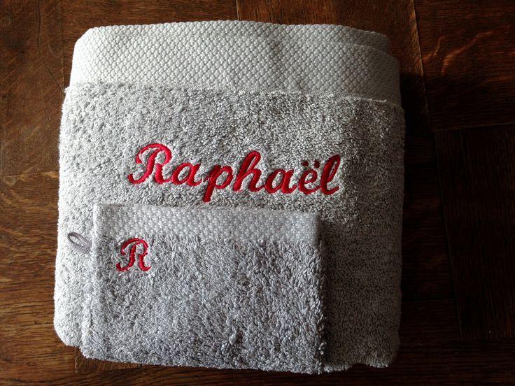Serviette de bain et gant de toilette gris brodés personnalisés : Textiles et tapis par atelier-de-pique-brodeuse