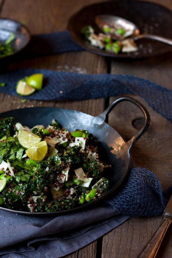 Detox-Wunder Grünkohl: Heute mal als Quinoa Grünkohl Salat mit einem Dressing aus Wasabi, Limette und Koriander. Rezept von Foodlovin'