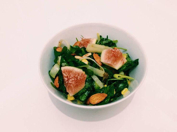 #45: Salada de rúcula e esfinafre com figo–Ingredientes:rúculaespinafremilho cozidoalho poró salteadofigo em pedaçosamêndoa cruapinoli torradoTempero:azeitelimão sicilianosal