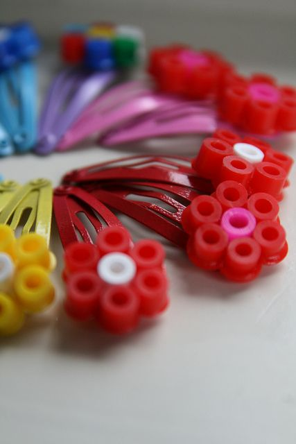 Et hop, de jolies barrettes customisées !  Retrouvez toutes les couleurs de perles HAMA chez La petite épicerie : www.la-petite-epicerie.fr