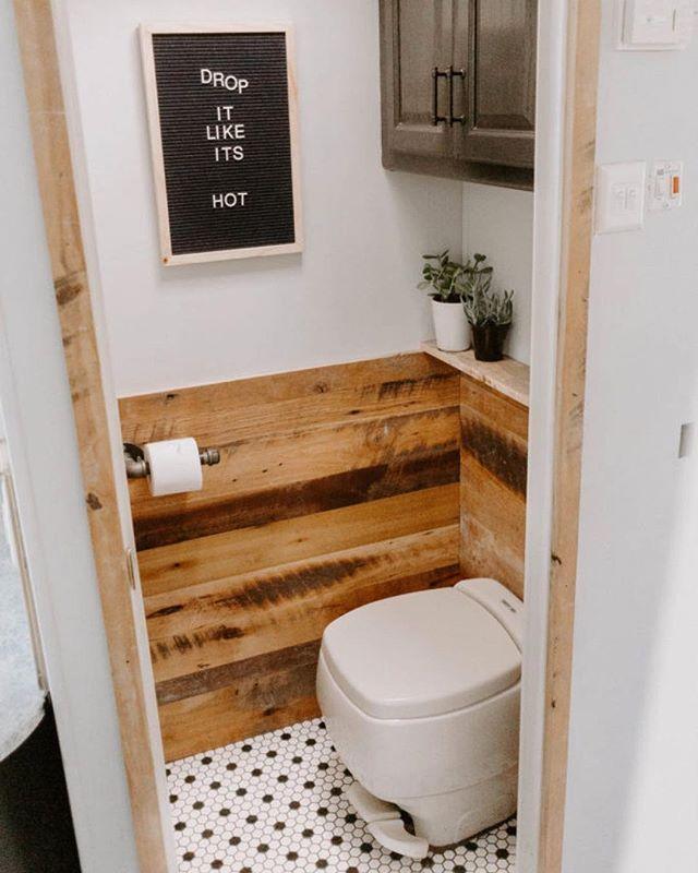 Ideia para quem tem espaço pequeno para lavabo. Meia parede revestida com madei…