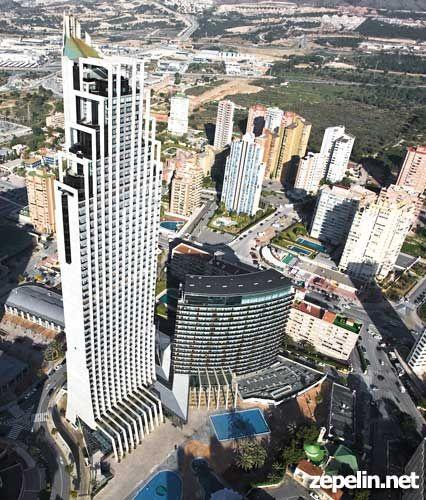 Fotografia aerea del rascacielos del Gran Hotel Bali en Benidorm, Alicante