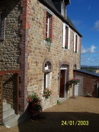 Long term rental to let in Villedieu-les-Poêles, France : Normandy, 2 bedrooms, walkable, 450 pounds