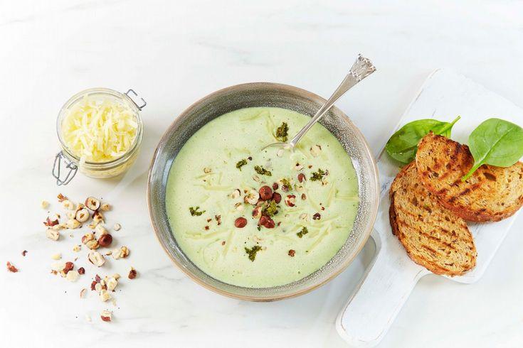 Oppskrift på en litt annerledes spinatsuppe, med god smak av pesto, garnert med nøtter og revet ost.