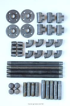 Apprenez à faire ces génial bricolage Industrial pipe tabourets pour votre cuisine ou le bureau sans outils! Cliquez pour plus de détails au LoveGrowsWild.com